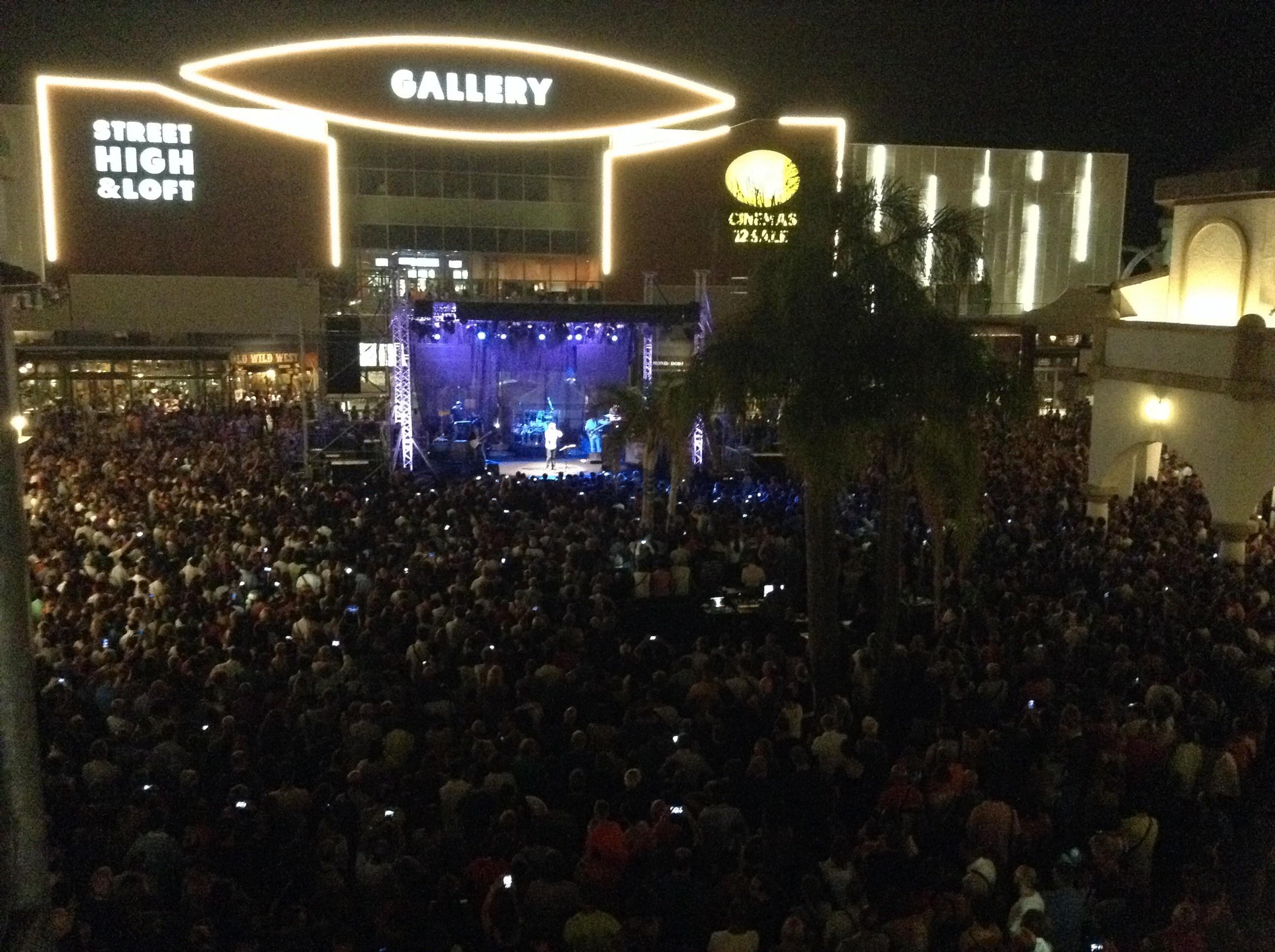 Pubblico delle grandi occasioni per gli Stadio al Puglia Outlet Village   migliaia di persone hanno assistito ad un concerto  ...  862d330971a